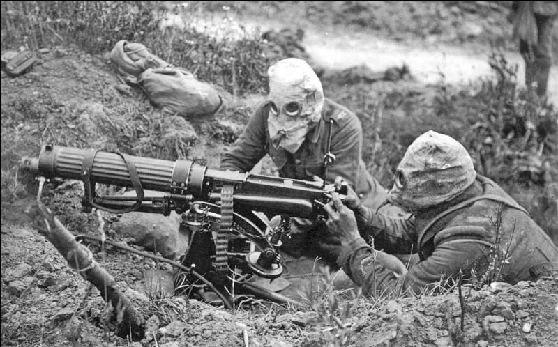 Des combats meurtriers ont lieu en Champagne (février 1915) et en Artois (mai 1915) puis dans ces deux régions en même temps en septembre 1915. Quelle nouvelle arme est utilisée pour la première fois par les Allemands en avril 1915 à Steenstraate et Ypres?
