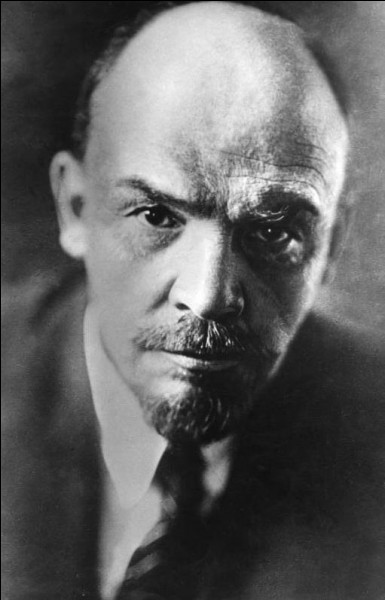 En Russie, le 7 novembre 1917 (révolution d'Octobre), les bolcheviks s'emparent du pouvoir. Le nouveau dirigeant du pays, Vladimir Ilitch Oulianov est plus connu sous le nom de