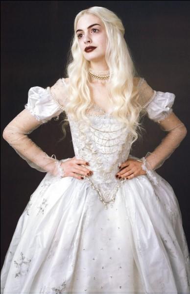 """Quel est le nom de l'actrice qui joue le rôle de Mirana, la reine blanche dans le film """"Alice au pays des merveilles"""" ?"""