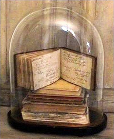"""Qui a écrit """"Les Fantômes du chapelier"""" ?"""