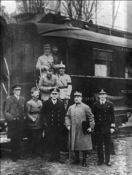 Devant l'effondrement évoqué à la question précédente et les troubles qui se produisent dans le pays, l'Allemagne demande à son tour la fin des combats. L'armistice est signé le