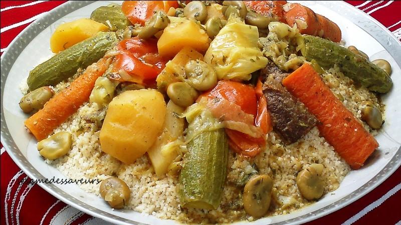 Le couscous est un de ses plats principaux.