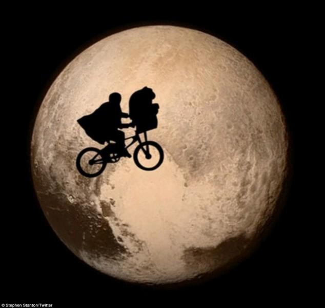 Qui passe au clair de la Lune ?