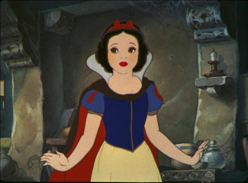 Dans ce film, comment Blanche-Neige sort-elle de la forêt après que le chasseur ait voulu la tuer ?