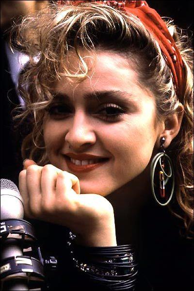 En 1985, avec quelle actrice joue-t-elle dans 'Recherche Susan désespérément' ?