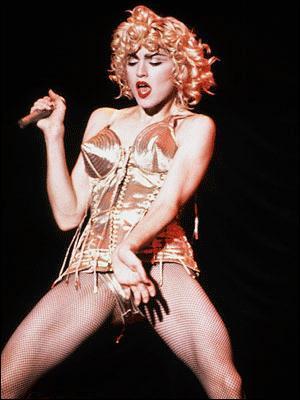 Lors de ses concerts, qu'avait-elle l'habitude de jeter à son public ?