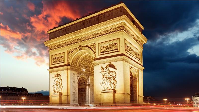 S'y trouve l'Arc de Triomphe.