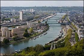 Elle est traversée par la Seine.