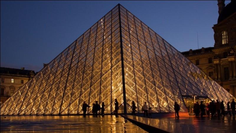 S'y trouve le Musée du Louvre.
