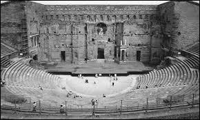 Dans quelle ville française se trouve ce théâtre antique ?