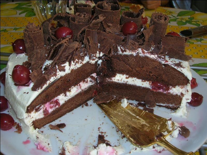 Il est traditionnellement présent dans ce gâteau originaire d'Allemagne. Quel est cet alcool ?