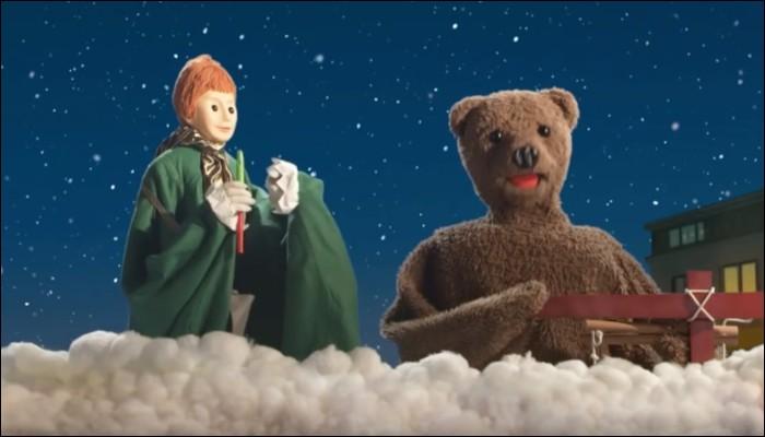 """Voilà un Fozzie qui vit dans les nuages avec un flûtiste ! Il s'agit bien sûr de Nounours, dans la série d'animation """"Bonne nuit les petits"""". A l'origine, Nicolas et Pimprenelle se prénommaient P'tit Louis et Mirabelle, mais comment se nommait Nounours alors ?"""