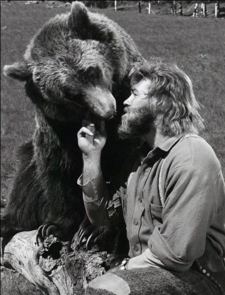 Et voilà un Fozzie amical, depuis tout ourson, avec James Adams, ermite dans la montagne. Accompagné d'un vieux mineur et d'un indien, il sauvegarde la vie animale, et se fait des amis de moufettes (Daniel et Mary Lou), d'un raton laveur (Joshua), d'une mule (Numéro 7), d'un cheval (Susie), d'un lapin (Louie), d'une oie (Lady Agnes) etc... et bien sûr de son ours, prénommé lui... ?