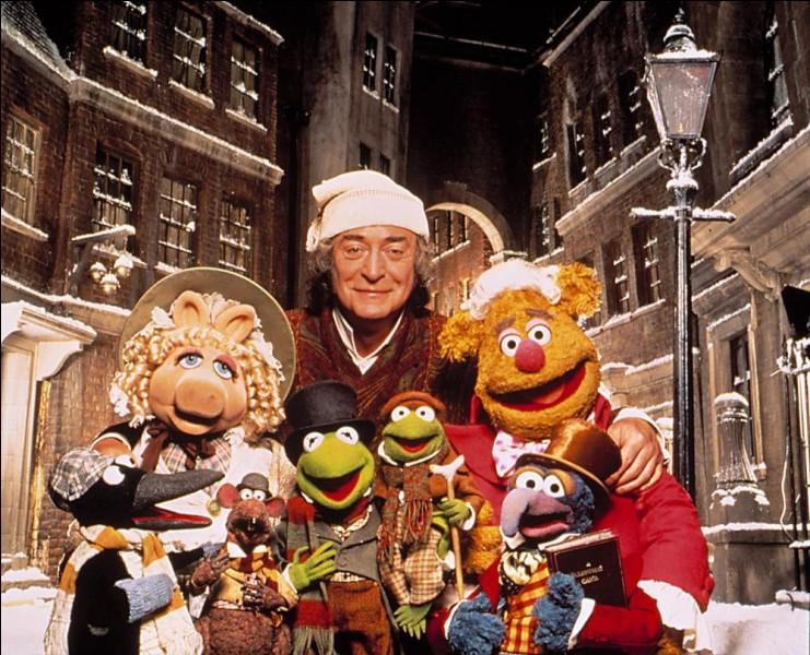 Et revoilà le Fozzie Fozzie, qui fréquente ici, excusez du peu, le grand acteur anglais Michael Caine, dans un film titré Un Noël chez les Muppets (en VO, The Muppet Christmas carol ) tiré d'un très célèbre conte d'un non moins célèbre auteur anglais. Qui est cet auteur ?