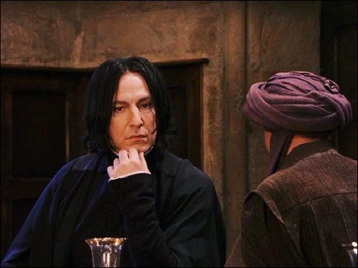 Lorsque Harry aperçoit Severus Rogue et Quirinus Quirell en pleine conversation, où se trouve-il ?