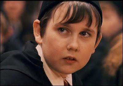 Quel motif se trouve sur le pyjama de Neville le soir où il veut empêcher le trio de sortir de la salle commune de Gryffondor ? (film)