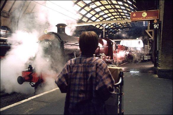 Dans la gare de King's Cross, quelle heure est-il lorsque Harry demande la voie 9 3/4 au contrôleur ? (film)