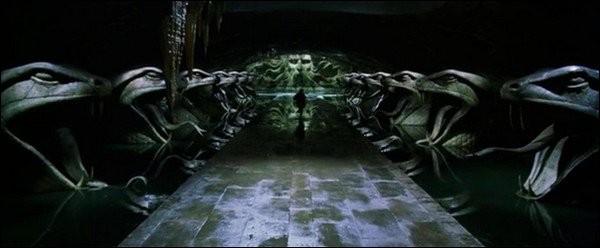 Qui raconte aux élèves la légende de la Chambre des secrets ?