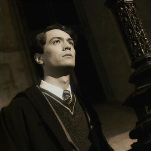 Harry est plongé dans le souvenir de Tom Jedusor. Tom explique au professeur Dippet que sa mère lui a choisi deux prénoms. D'où lui vient son deuxième prénom, Elvis ?