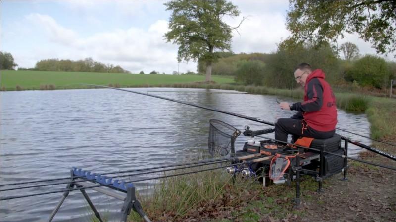 En plus de la canne à pêche, du fil et du flotteur, quel est le matériel de base pour pêcher au coup ?