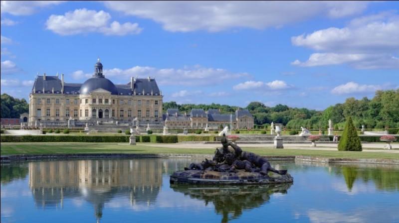 Quel est ce château situé en Seine-et-Marne et construit pour le surintendant des finances de Louis XIV, Nicolas Fouquet, au XVIIe siècle ?