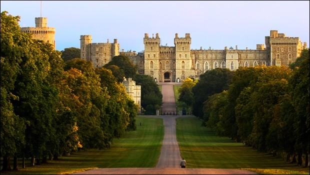 Quel château de 1 000 pièces, ayant abrité 8 maisons royales, est le plus grand château habité du monde ?