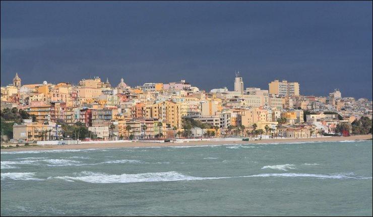 Cette ville italienne de 75 000 habitants, fondée par les Grecs au VIIe siècle, située sur la côte sud de la Sicile, c'est :