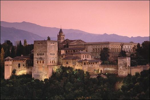 Cette ville d'Espagne, en Andalousie, bordée par la Sierra Nevada, c'est :