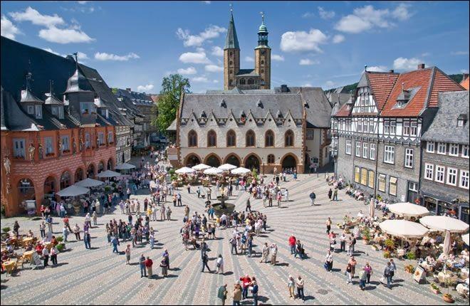 Cette ville allemande de 100 000 habitants, dans le Land de Basse-Saxe, important centre universitaire, chantée par Barbara, c'est :