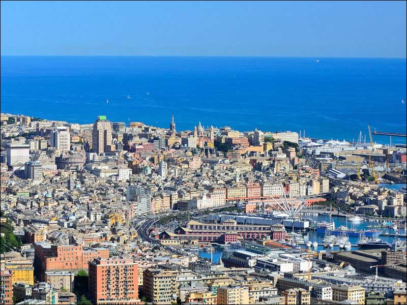 Cette grande ville portuaire italienne, sur la mer Ligurienne, c'est :