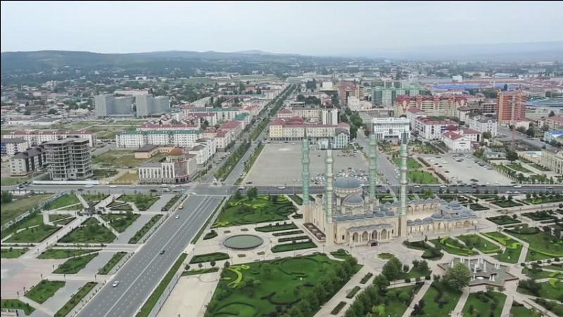 Cette ville de Russie, située en bordure du Caucase, capitale de la république de Tchétchénie, détruite lors des deux guerres de Tchétchénie puis reconstruite, c'est :