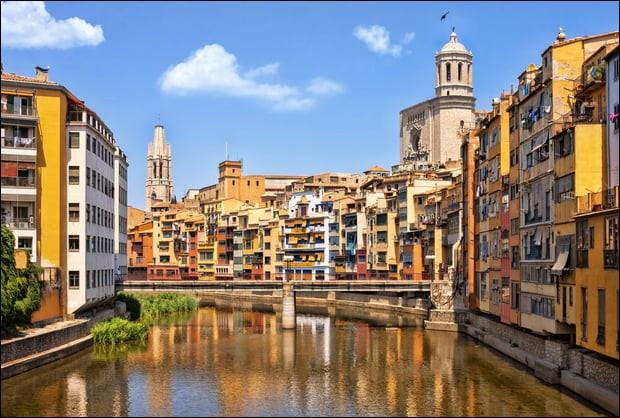 Cette ville espagnole de 100 000 habitants, en Catalogne, à 60 km de la frontière française, c'est :