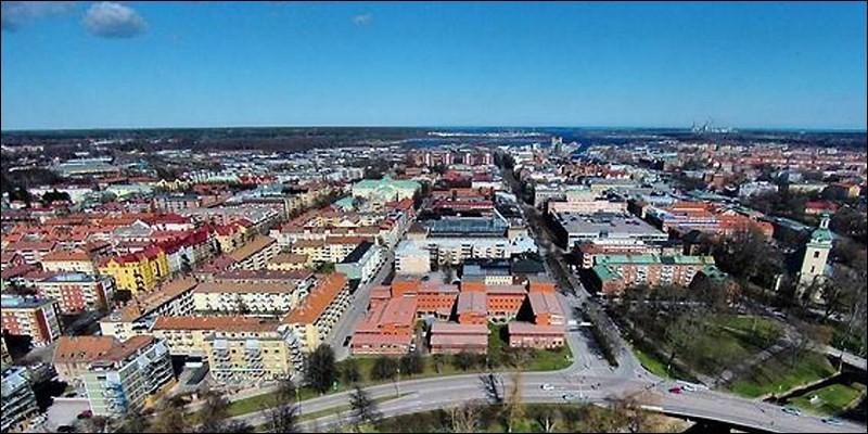 Cette ville suédoise, située sur un estuaire à proximité de la Baltique, peuplée de 70 000 habitants, deuxième plus grande ville au nord de Stockholm, c'est :