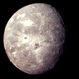 Autour de quelle planète gravite Titania ?