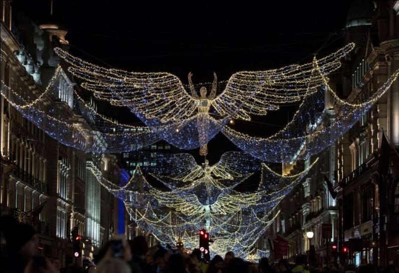 Magie est le mot qu'on s'accorde pour décrire l'atmosphère qui s'empare de cette capitale dès fin novembre : au cœur de la ville, dans le West End, les somptueuses illuminations de Regent Street, Oxford Street et Bond Street, où se trouvent de grands magasins, offrent d'incroyables décorations. Il y a l'arbre de Noël de Trafalgar Square, haut de 20 m : il est offert depuis 1947 par la Norvège.