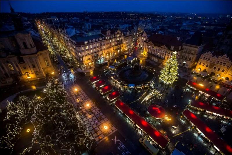 D'où qu'on la voit, elle a toujours son cachet. Ici, il s'agit d'une vue aérienne de la place de la Vieille-Ville illuminée, avec un sapin et le marché de Noël. Considérée comme l'une des plus belles villes au monde, pour les fêtes de fin d'année avec leurs paysages enneigés et les décorations de Noël, elle est encore plus charmante dans cette ambiance.