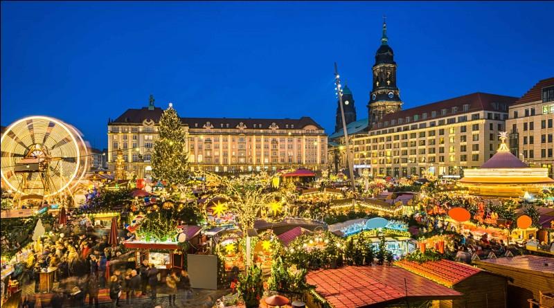 C'est le plus ancien marché de Noël d'Europe : il date de l'année 1434 ! Le décors changent : on y voit apparaître des couleurs joyeuses, et on y allume des lumières vives. Puis, oh merveille, les odeurs de vins chauds, de pain d'épices et de cannelle envahissent la ville. On s'accorde à dire que l'Allemagne est le pays des marchés de Noël par excellence !