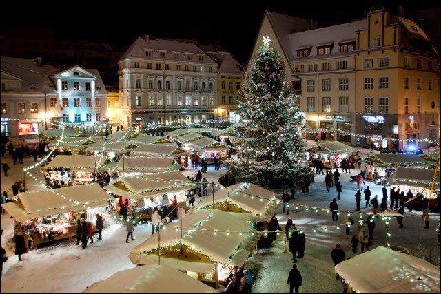 Ici, cela se voit, c'est pour les amoureux de l'hiver et de la neige, chaque kiosque illuminé, recouvert de neige, a l'air d'une tarte aux pommes. C'est le marché de Noël de la capitale de l'Estonie, dans une ambiance de carte postale : les chalets et les forains entourent un majestueux sapin décoré de guirlandes et de lumières multicolores !