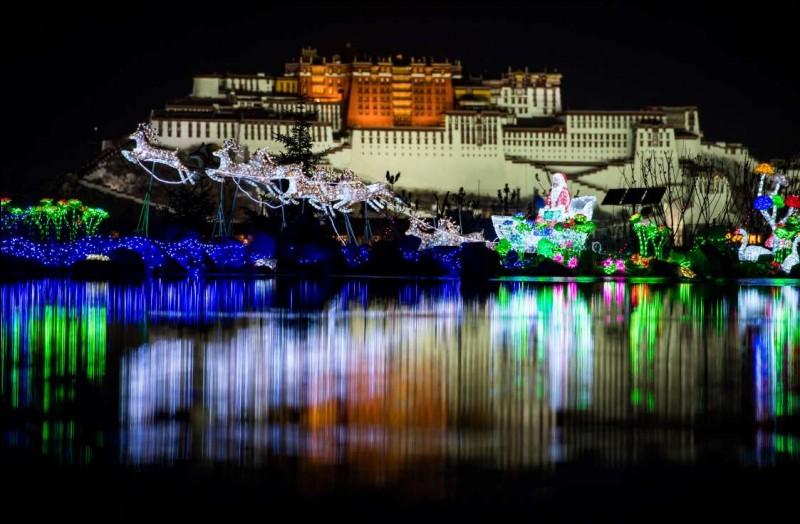 Des décorations de Noël illuminent le parc Nanshan, devant le palais du Potala, dans le cadre d'un festival des lumières. Qui croirait qu'on rêve au Père Noël et à ses rennes dans cette région autonome de la Chine ?