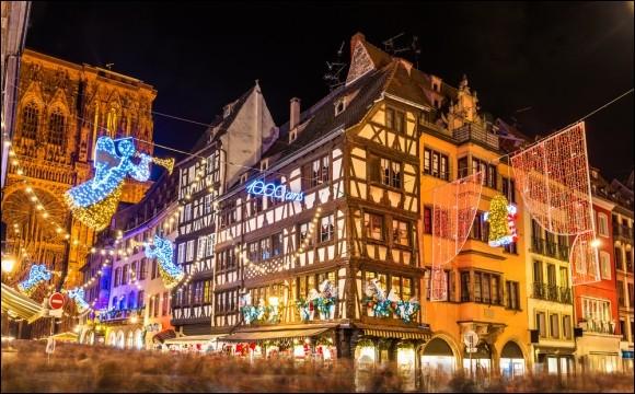 Déjà remarquable pour sa beauté architecturale, il ne faut pas manquer d'y aller pour le marché de Noël le plus ancien d'Europe (créé en 1570). La vedette, c'est Kléber, le plus haut sapin naturel décoré d'Europe qui culmine à plus de 30 m et, quel défi, on le revêt chaque année d'une parure différente !Le marché c'est plus de 300 chalets : il se distingue par son apparence 16e siècle.