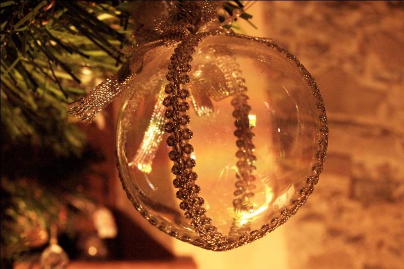 En quelle année les boules de Noël ont-elles été créées par un souffleur de verre de Lauscha, en Allemagne ?