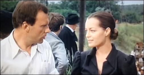 Dans ce film, réalisé par Pierre Granier-Deferre en 1973 et tiré du roman éponyme de Georges Simenon, elle est Anna Küpfer, une jeune juive allemande. De quel film s'agit-il ?