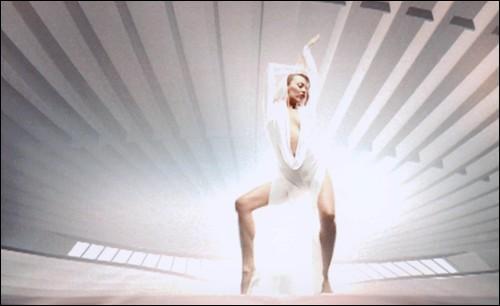 En 2001, quelle chanteuse australienne chante en mini-short 'Can't get you out of my head' ?