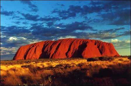 Quel est l'autre nom de la montagne sacrée d'Uluru ?