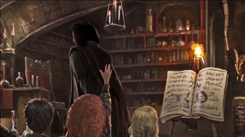 Quelle punition Severus Rogue donne-t-il à Ron après que celui-ci ait pris la défense d'Hermione en cours de Défense contre les forces du mal ? (Rogue remplace alors Lupin)