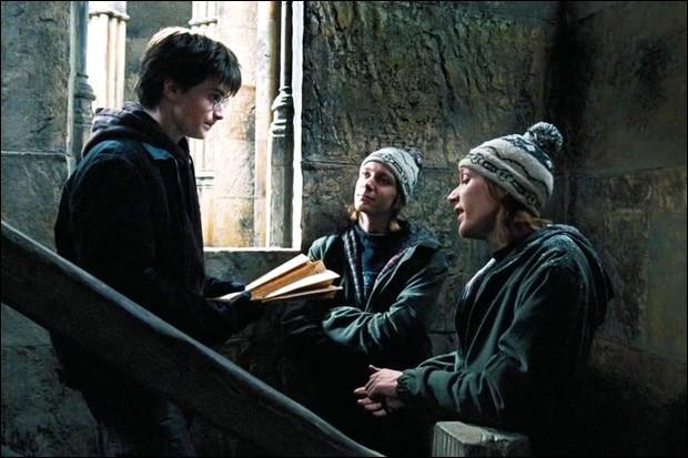 Comment Fred et George Weasley ont-ils fait diversion afin de récupérer la carte du Maraudeur dans le bureau d'Argus Rusard ?