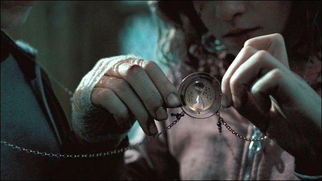 À l'infirmerie, Albus Dumbledore fait comprendre à Hermione qu'elle doit utiliser son retourneur de temps afin de sauver Sirius Black. Mais quelle heure est-il et où Sirius est-il enfermé ?
