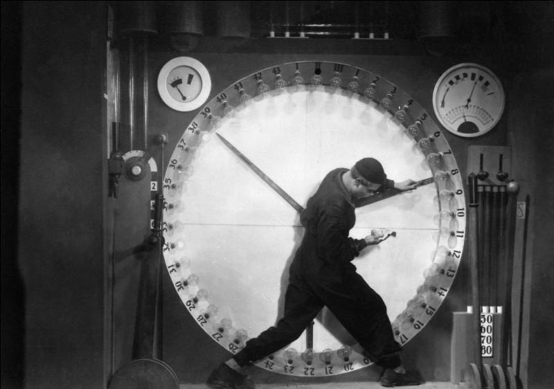 Cet autre film muet réalisé en 1927 par Fritz Lang dépeint une société inégalitaire où le rythme des machines dicte la vie des travailleurs oppressés. Quel est ce film qui imagine la société en 2026 ?
