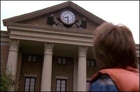 Qui regarde l'heure sur l'horloge de l'hôtel de ville ?