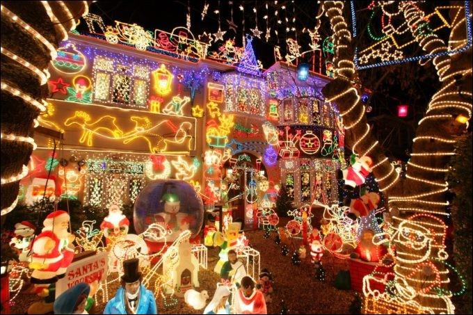 """Aux USA, Noël c'est l'occasion de montrer sa maison... Voici un exemple quasi-délirant de """"décoration""""... Qui profite en fait, sans doute, de cette """"passion"""" ?"""